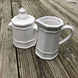 Pfaltzgraff Heritage creamer and covered sugar set